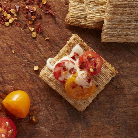 Mozztompimscuit (mozzarella+tomate+flocons de piment fort) recette