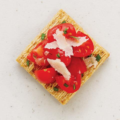 TRISCUIT avec garniture à la tomate et au fromage parmesan Recipe